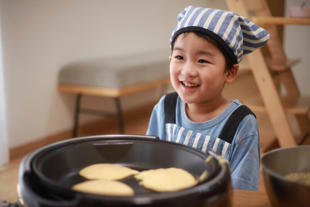 2、ホットプレートでパンケーキを焼く男の子.jpg