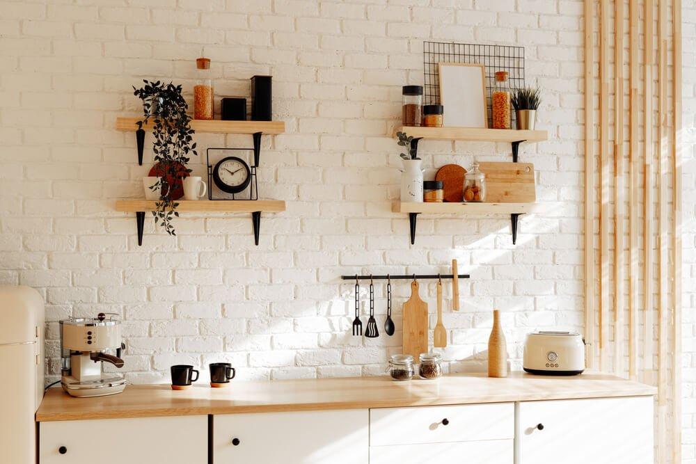 光が差し込む整頓された白いキッチン (1).jpg