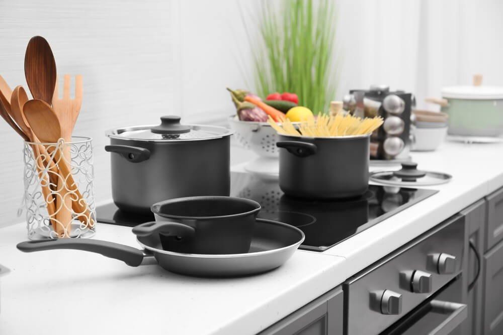 2、キッチンの上の調理器具.jpg