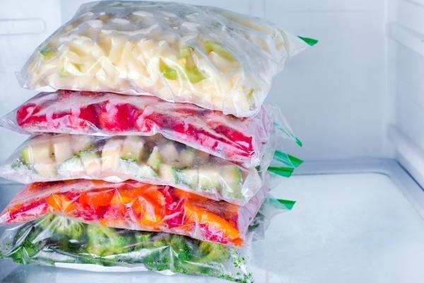 14、冷凍庫内に平たく成形された冷凍食品.jpg