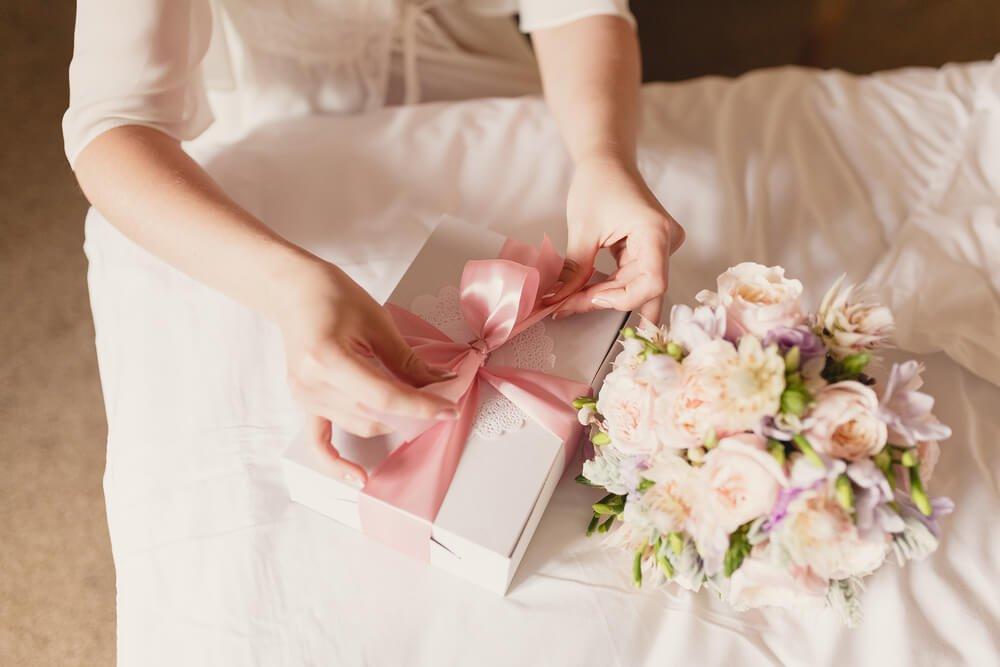 11、ブーケの隣にピンクのリボンが巻かれた贈り物.jpg