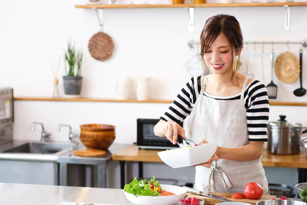 13料理を楽しそうに作っている女性.jpg