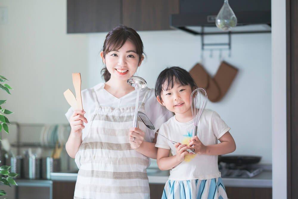 12、調理道具を持つ親子.jpg
