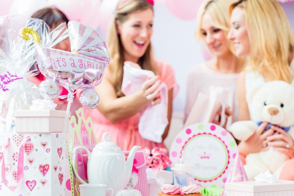 2ピンク系の出産祝いに囲まれ幸せそうなママと仲間達.jpg