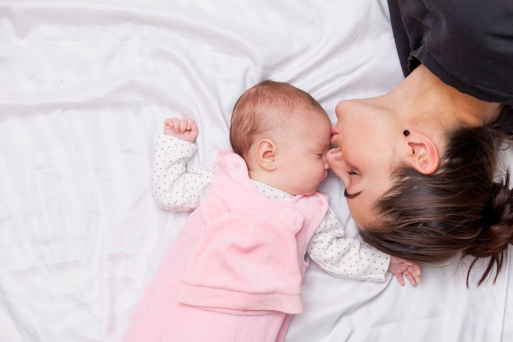 5ベッドで赤ちゃんのおでこにキスするママ.jpg