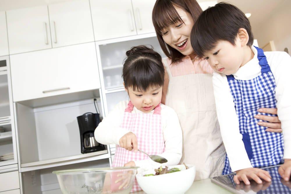 3、料理を楽しむ親子.jpg