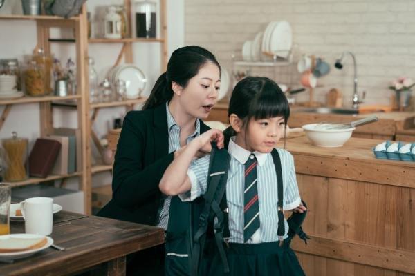 3、子供の朝の準備を手伝うお母さん.jpg